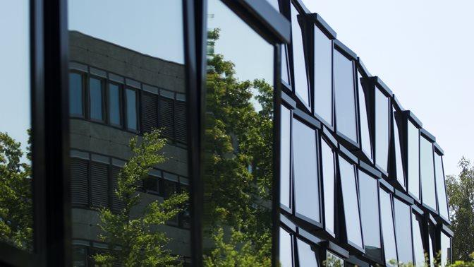 Spiegelnde Fenster des Zentralen Institutsgebaeudes (ZIG) der Universitaet St.Gallen (HSG)