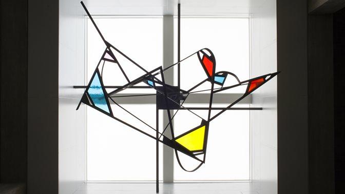 Kunstwerk von Walter Bodmer, ohne Titel, farbiges Glas, an der Universitaet St.Gallen (HSG)